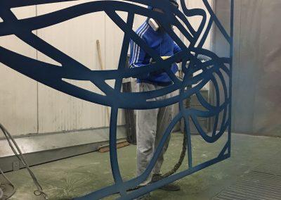 Poedercoat op kunstwerk Petra Hart blauw